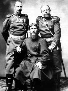 «И в столицу Петроград прибыл он,  как на парад». Генерал-майор князь П.С.Путятин (справа) и полковник Д.Н.Ломан с новоявленным «старцем Григорием». Санкт-Петербург. 1916 г.