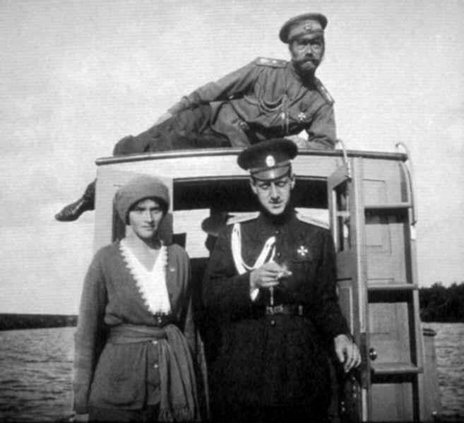 Николай II, его двоюродный брат Дмитрий Павлович и дочь Татьяна во время прогулки на катере по Днепру. 1916 г.