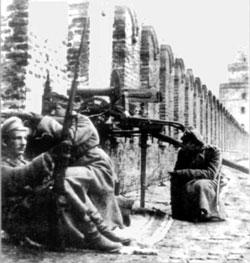 Юнкера защищают Московский Кремль