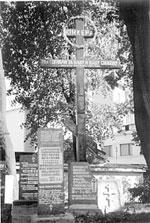 Мемориальный крест с надписью: «Юнкера. Мы погибли за нашу и вашу свободу». Ограда храма Всех Святых на Соколе