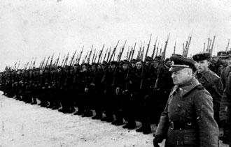 1-й полк 1-й пехотной дивизии ВС КОНР. На первом плане (справа)— командир полка полковник Андрей Дмитриевич Архипов (сын ялтинского рыбака, в 1920 г. — офицер Марковской дивизии Русской армии)