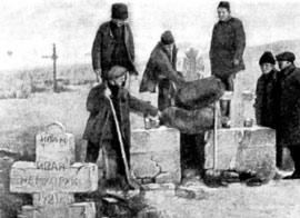 Крестьяне выкапывают зерно, спрятанное на кладбище. Одесский округ. 1928 г.
