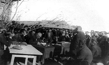 Выездная сессия окружного суда слушает очередное дело на селе. 1931—1932гг.