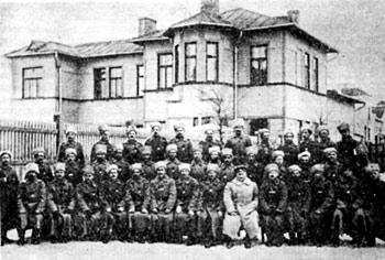 Полковник И.Вацетис среди латышских стрелков — георгиевских кавалеров. Майори. 1916г.