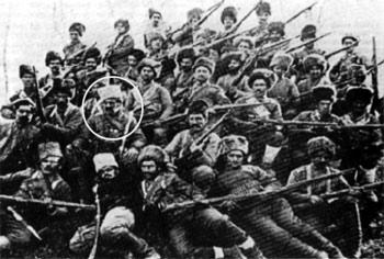 Группа армянских дружинников. В овале — Андраник