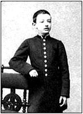 Гимназист в однобортном мундире из сукна с серебряными галунами. Фото конца XIX — начала XX в.